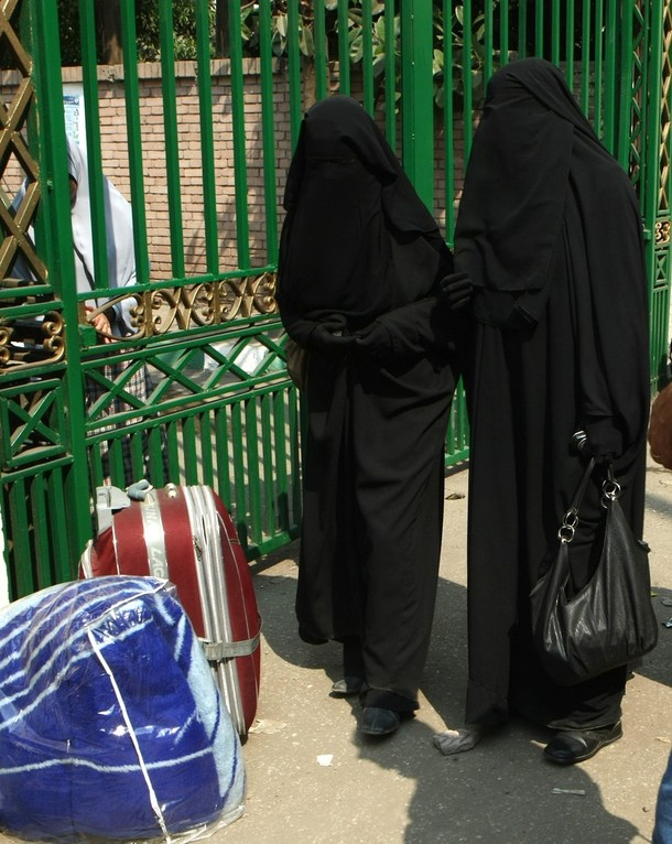 [Cairo+University+students+wearing+the+niqab,+a+black+veil+which+covers+the+face+except+for+the+eyes,+stand+outside+the+university+dormitory+on+October+7,+2009.jpg]