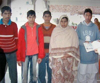 [18sld5-hindu-pakistan.jpg]
