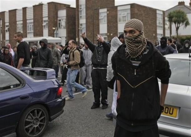 Anti-fascist%2Bprotesters%2Bcharge%2Bagainst%2Banti-Muslim%2Bprotesters%2Bin%2Bthe%2BLondon%2Bsuburb%2Bof%2BHarrow,%2BFriday%2BSept.%2B11,%2B2009.%2BPolice%2Bseparated.jpg
