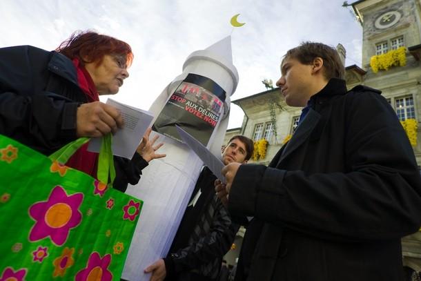 Kampaň proti minaretům v ulicích Bernu.