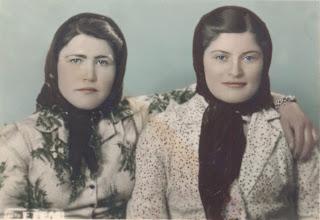 Düzeltilmiş ve renklendirilmiş eski iki kadın fotoğrafı