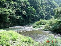 登山口前的溪水。