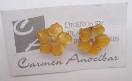 Aretes pequeños de nácar amarillo