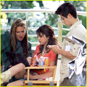 selena gomez kissing david henrie  Selena e David se protegendo