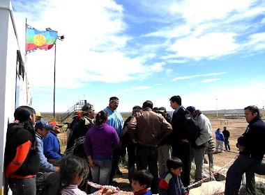Miembros de la comunidad mapuche Kaxipayiñ bloquearon ayer durante el día el acceso a la central