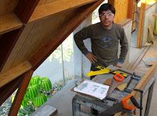 ABEL techando con madera