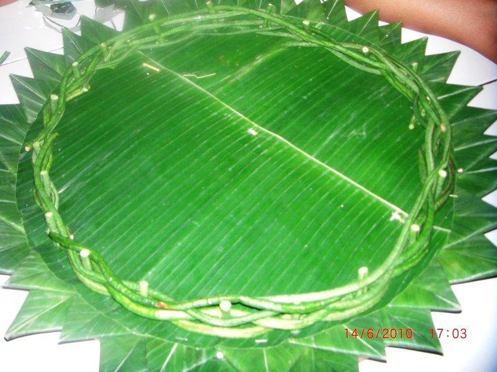 tampah selesai dihiasi dengan daun pisang, semakin tebal lapisan ...