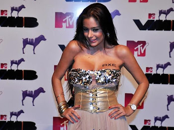 LARISSA RIQUELME ENTREGARA UN PREMIO MTV
