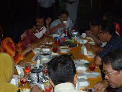 YB Dato' Amiruddin bersama isteri dan ahli UMNO sedang menjamu selera selepas upacara penutup