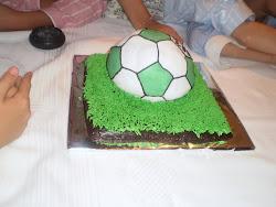 la tarta de pelota en la mesa. con todos. así ves el tamaño.