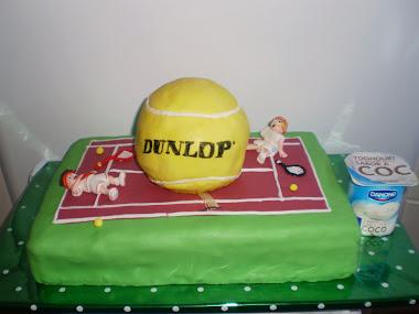 tarta de pista de tenis, con pelotaza que cae de repente