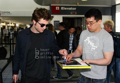 Robert Pattinson Airport on Robert Pattinson Signing Autographs At Lax Airport  On 26th April