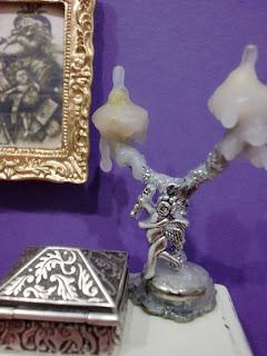 caja de metal junto a candelabro