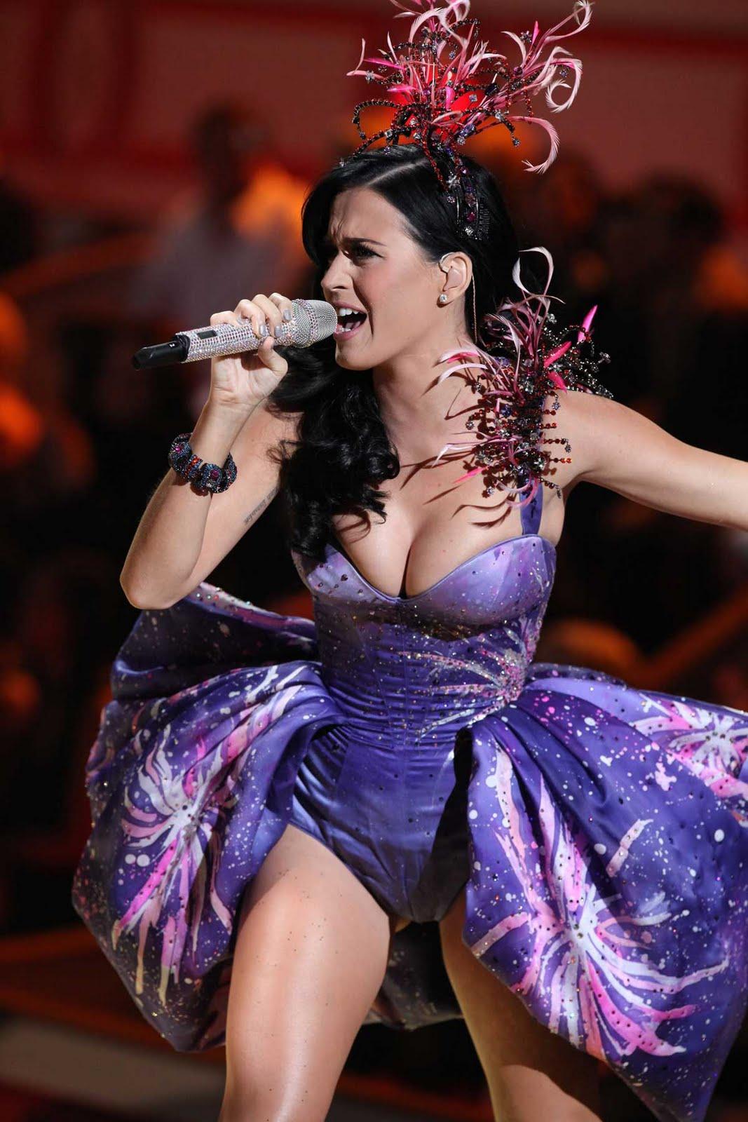 http://2.bp.blogspot.com/_R78pg7TjfIY/TOauYojhFSI/AAAAAAAAF_g/az3Sk8Vh3-c/s1600/Katy-Perry-Victorias-Secret-Fashion-Show-01.jpg