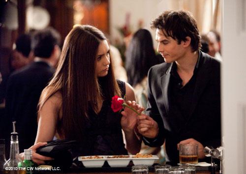 Damon E Elena, A História Começa.  Damon-gives-elena-flower