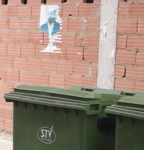 [Contenedore+e+Ignacio+cartel+detrás]