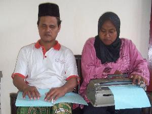 PERTANYAAN YANG MEMBUAT UMAT MUSLIM LARI TERKENTUT-KENTUT - Page 12 94781_anik-indrawati-tunanetra--dan-suaminya-suharto_300_225