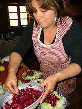 Monica Hormazabal preparando las ensaladas