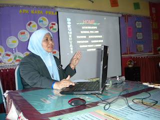 Pengetua SMKI (Puan Rusma) memberi taklimat kepada semua peserta