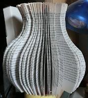 Vase aus Buch