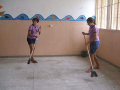 É hora da faxina..............Alunos voluntários na limpeza da escola