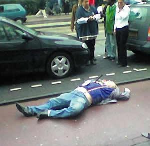 islamkritikern  Theo van Gogh mördad av islamisten Mohammed Bouyeri på öppen gata i Amsterdam 2004
