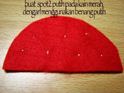 Lipat kain flanel merah menjadi 2 bagian, kemudian jahit sampingnya