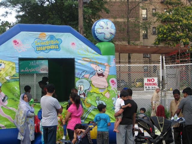 Muslims waiting in line for Sponge Bob Moon Walk