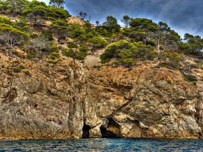 coves de cala bona a tossa de mar - foto hdr