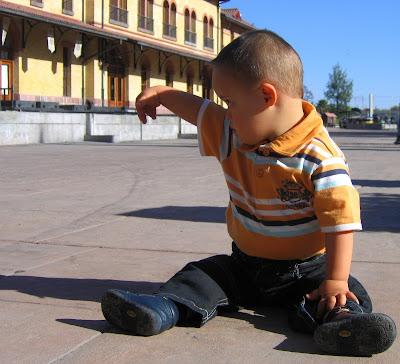 Down-Syndrom, Kind, Baby, Foto, Photos, pics, sitzen sit, sentar, sentado