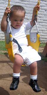 Behinderung, Down-Syndrom, Medizin, Maximilian, Mexiko, Down Syndrom: Laufen lernen beginnt unten!, Kind, Down-Syndrom, síndrome de Down, caminar, columpio, Schaukel