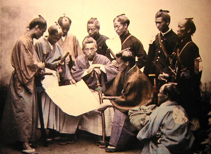 Potret samurai dengan senjata khasnya, yumi(kiri), katana(tengah) dan