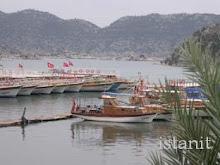 des bateaux et plein de drapeaux turcs