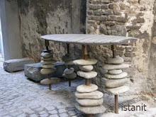 une table de galets