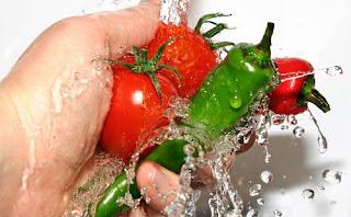Cuci sayur dan buah untuk mengurangi residu pestisida