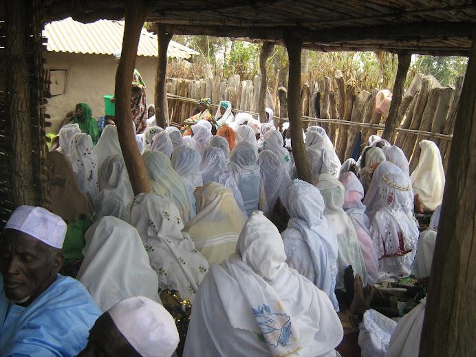 Mujeres rezando en Dindefello.