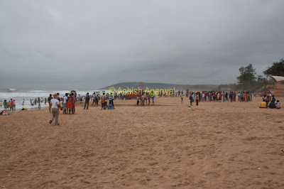 A decent sized crowd of fun seekers at the Calangute beach in Goa