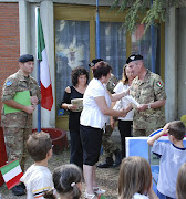 Cerimonia, Il Gen. Biacafarina consegna un'ala della scuola ristrutturata alla scolaresca...