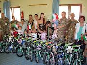"""Una cerimonia solenne di consegna delle bici, da parte del Comandante della """"Pinerolo""""."""