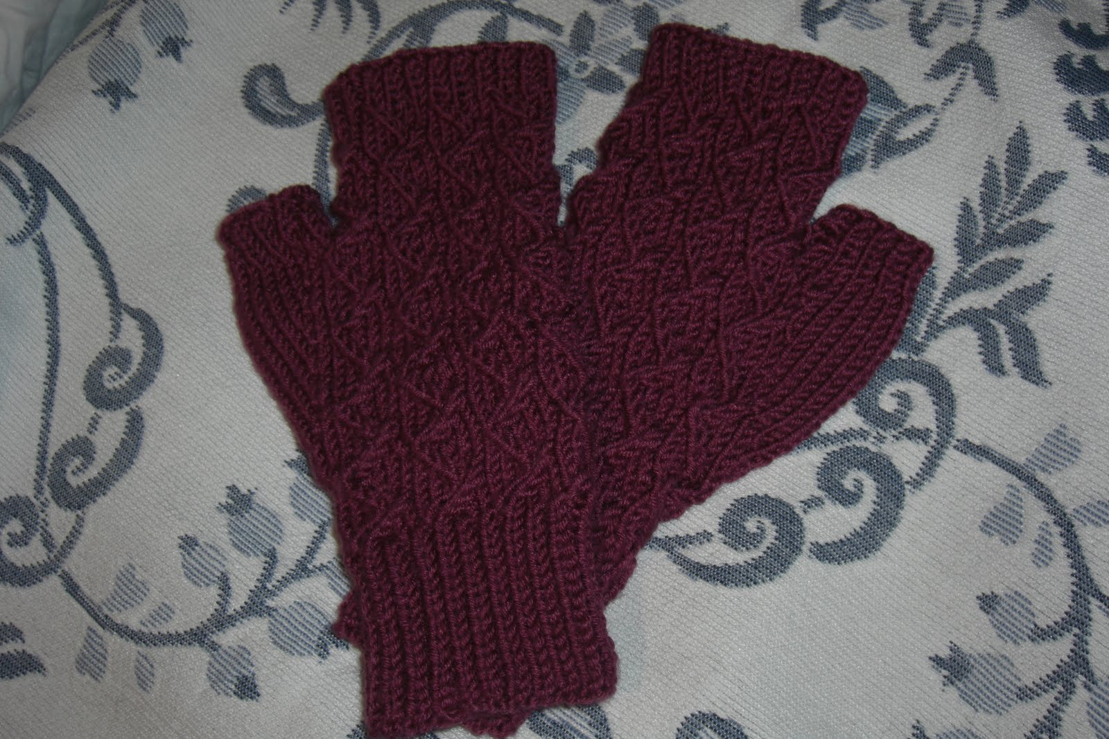 Fingerless gloves darn yarn - I Used Sublime Cashmere Silk Merino Dk Yarn In Rhubarb Soooo Lovely The Yarn Is Super Soft And It Has A Little Bit Of Shine To It And It Shows The