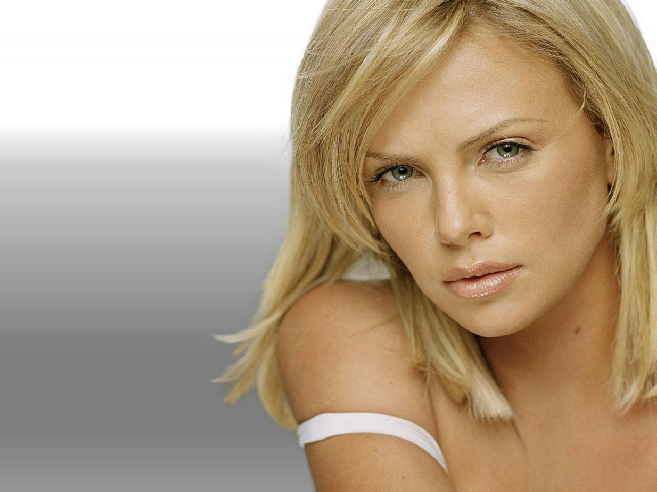 Charlize Theron - Wallpaper