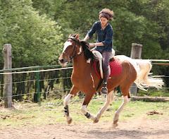 Laura con Mustang
