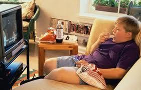 Obesidad: niño comiendo frente al televisor