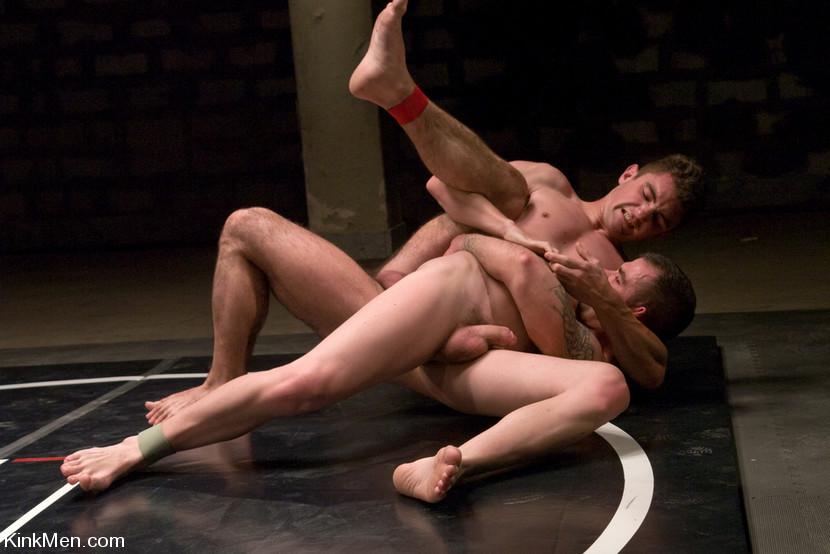 Hombres luchando hombres desnudos
