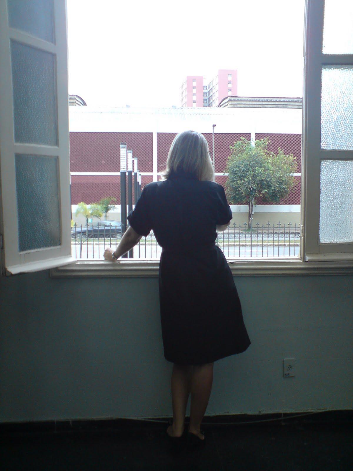 #516C7A Belo Horizonte (MG) Loura e janela O mundo é plano 514 Janelas Em Aluminio Belo Horizonte