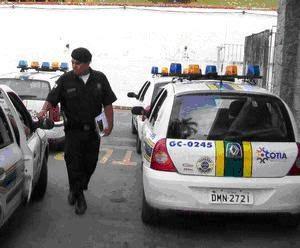 Guarda Civil de Cotia prende motorista em flagrante por corrupção de menor no Recanto Vista Alegre