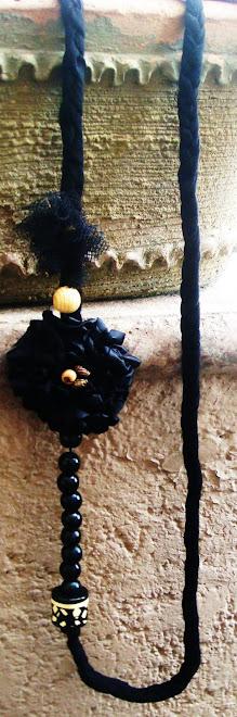 collar negro de tela y piedras