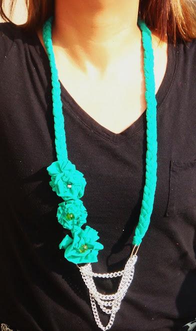 collar de tela con flores y cadenas