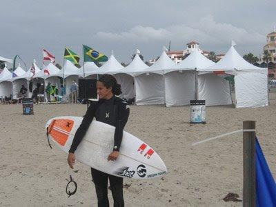 Kina Malpartida con su tabla lista para surfear