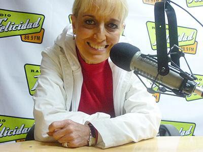 Regina Alcóver conduciendo la radio Felicidad 88.9 FM